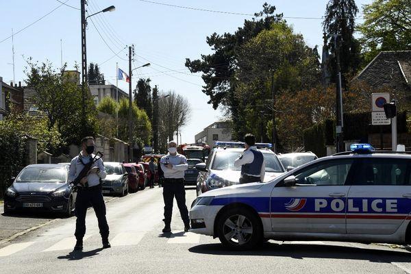 Une policière a été poignardée à l'entrée du commissariat de Rambouillet (Yvelines).