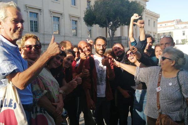 Kevin Vacher et des militants du Collectif du 5 novembre, devant le Palais de justice de Marseille.