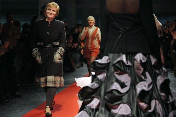 Mannequins d'un jour, mais vraies créatrices de haute couture pour ces femmes du réseau de réinsertion Tissons la Solidarité