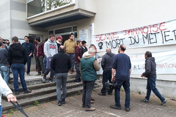 """Les pêcheurs basques dénoncent les pratiques de pêche des bateaux vendéens qui utilise la """" senne danoise """" . Ils demandent à l'Etat leur interdiction au large des côtes basques."""
