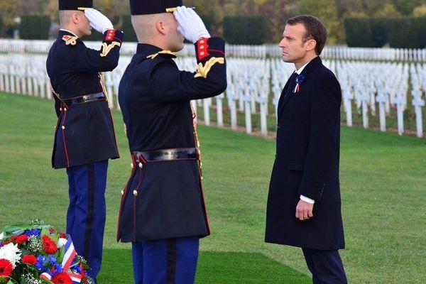 Minute de silence pour Emmanuel Macron au coeur de la nécropole nationale de Douaumont (Meuse), mardi 6 novembre 2018.
