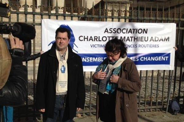 Les parents de Charlotte Landais devant la cour d'appel de Montpellier