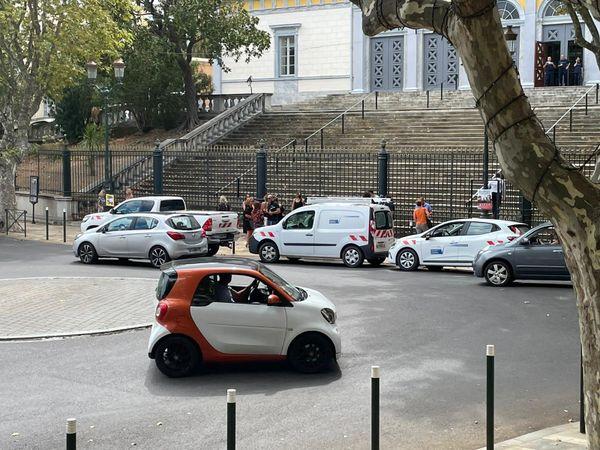 Les véhicules de l'OEHC dans le rond-point du palais de justice, à Bastia, à 14 heures.