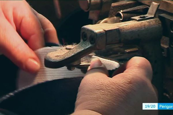 L'entreprise de chaussures Bossi en Dordogne est l'une des seules à avoir survécu à l'invasion des produits asiatiques qui a décimé une 40 aine d'entreprises similaires dans le département. Grâce à un investissement technologique de pointe et un secteur de niche dans le chausson pour enfant