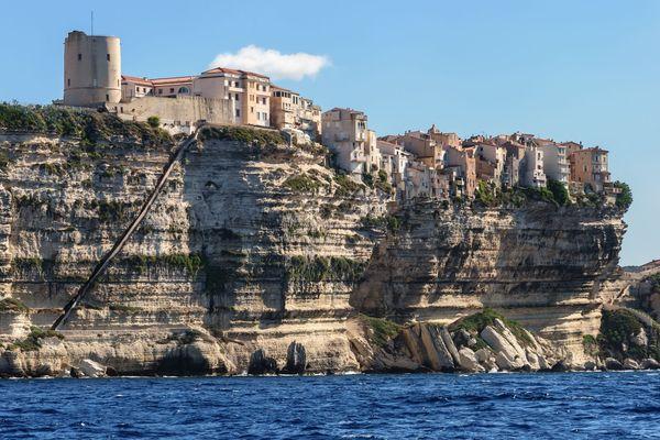 Les falaises de Bonifacio, un paysage magnifique prisé par les touristes. Et un marché très convoités par les sociétés de promenade en mer.
