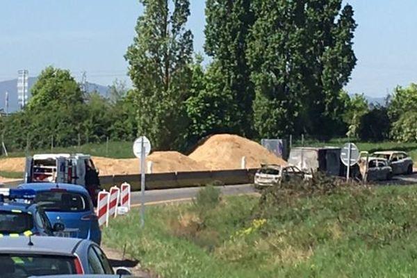 A droite de l'image,le fourgon et les voitures qui ont bloqué le convoi sur la bretelle de sortie .
