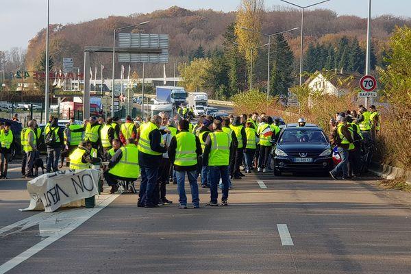 Les gilets jaunes ont bloqué la nationale à Chateaufarine ce samedi 17 novembre.