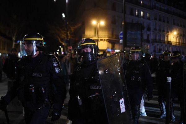 Hier soir des manifestants se sont regroupés devant le théâtre des Bouffes du Nord à Paris, où le président de la République assistait à une représentation.