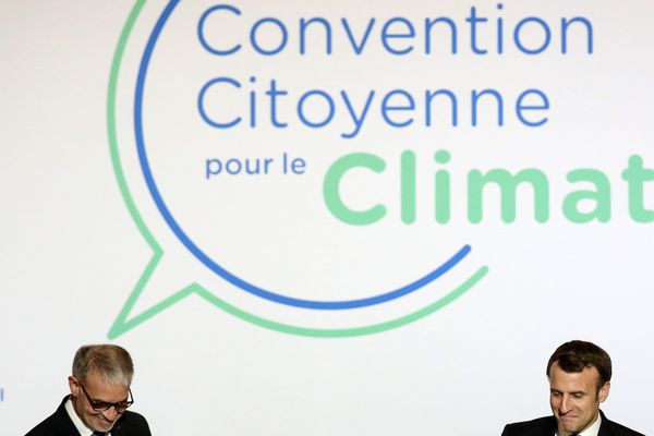 Le président de la République, Emmanuel Macron, accompagné par Patrick Bernasconi, président du Conseil Économique, Social et Environnemental, (CESE) le 10 janvier 2020 lors d'une session de la Convention citoyenne pour le climat.