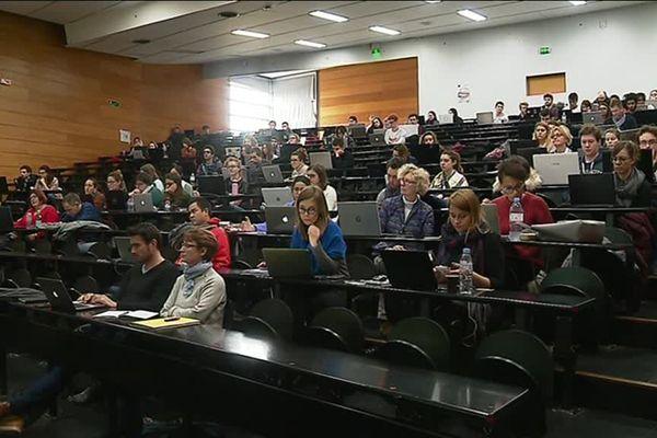 Pendant quatre jours, une centaine de personnes est formée au maniement d'Internet et ses subtilités à l'université de La Rochelle.