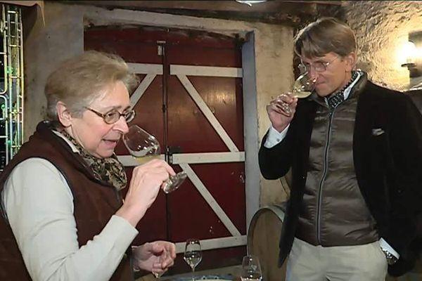 André Schearer séduit par le vin de Savennières lors d'une dégustation au domaine du Closel