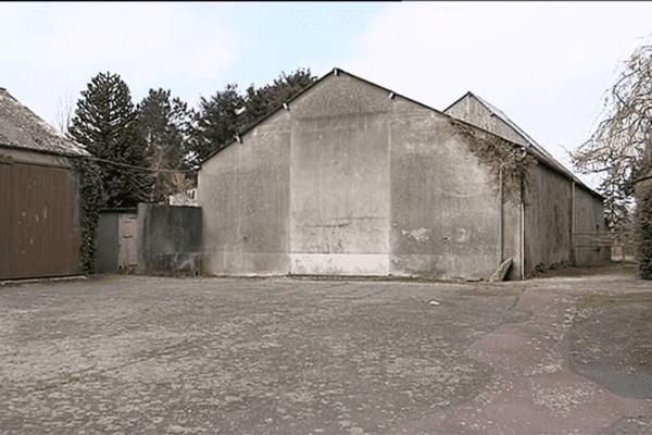 C'est dans ce hangar, situé au coeur de Guilberville, qu'une dizaine de migrants avait trouvé refuge