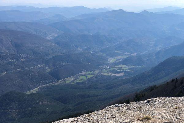 Le GR de pays du Ventoux plonge dans la magnifique vallée du Toulourenc.