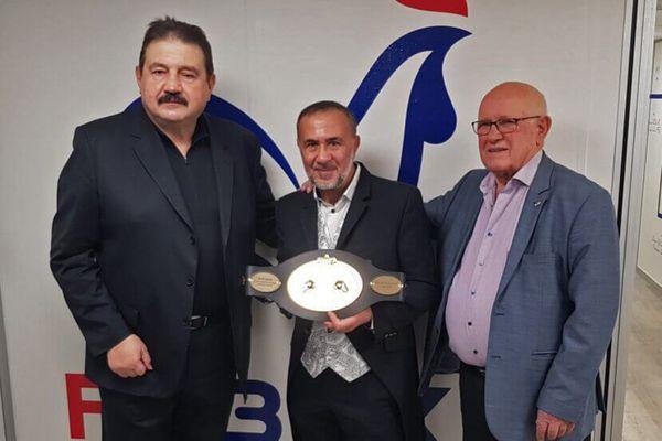 Affif Djelti entouré par Dominique Nato vice-président et André Martin, président de la Fédération Française de Boxe