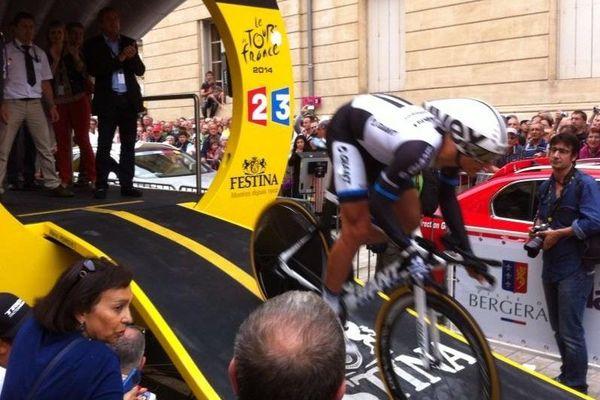Marcel Kittel 1er porteur du maillot jaune du Tour de France 2014 s'élance pour le contre-la-montre