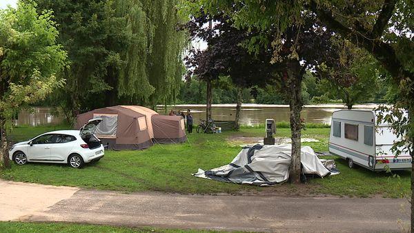 Surpris par la montée des eaux, plusieurs campeurs ont dû replier leurs tentes à Scey-sur-Saône où la Saône est sortie de son lit.