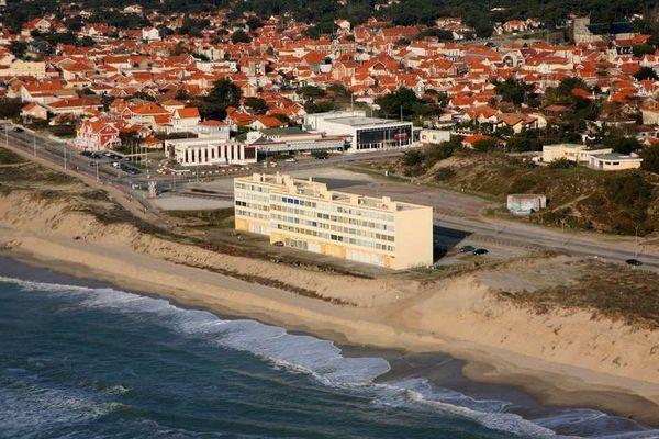 """Symbole des bouleversements climatiques avec la multiplication des tempêtes etl'érosion dunaire, l'immeuble """"Le Signal""""(ici en 2014), édifié en 1967, n'est plus qu'à une douzaine de mètres de l'océan."""