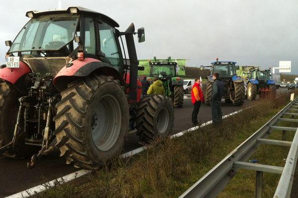 Une quarantaine de tracteurs bloquent la tangentielle (RD2060) à Fay-aux-Loges (Loiret) 2 février 2016