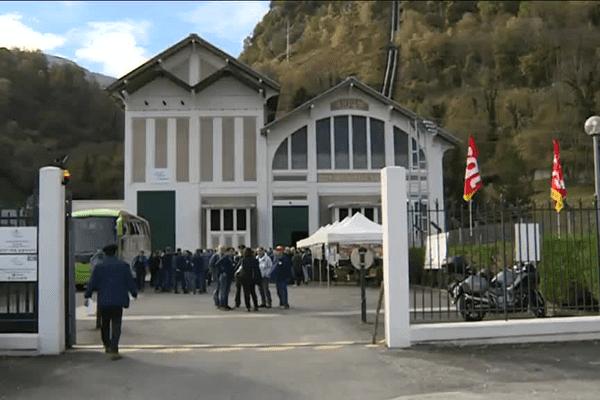 Rassemblement devant l'usine de la SHEM à Laruns