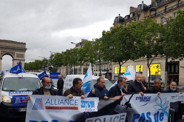 Les policiers ont manifesté sur les Champs-Elysées.