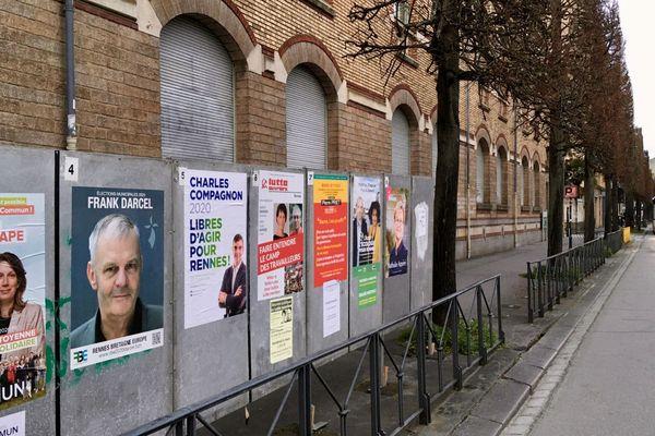 Panneaux électoraux devant l'école de la Liberté à Rennes