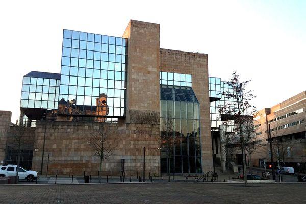 La cité judiciaire est fermée mais les avocats du barreau du Mans restent à l'écoute.