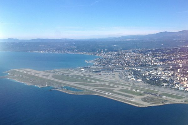 De l'avis des passionnés d'aviation, l'approche de Nice en avion  est très belle et place la plateforme à la 5e place en Europe.