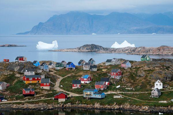 Semersooq, avec ses maisons colorées sur la rive sud-est du Groenland et ses icebergs flottant. Photo prise le 19 août 2019.