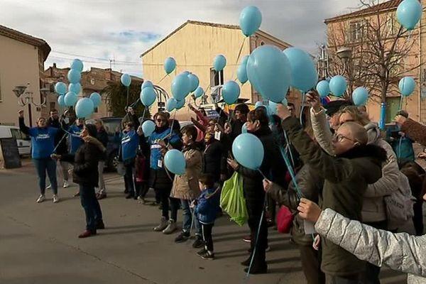 Au bout de ces ballons bleus, des petits cailloux, autant de traces laissées par le petit Louis dans son village de Salles-d'Aude