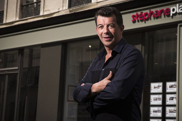 Stéphane Plaza devant une de ses agences à Paris.