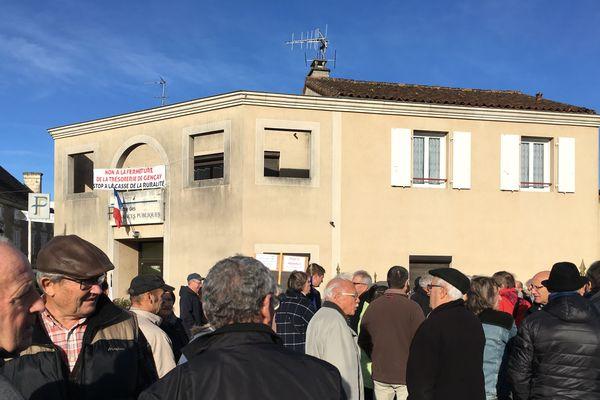Une soixantaine de manifestants ce matin devant la trésorerie de Gençay (Vienne), programmée pour une fermeture au 31 décembre.