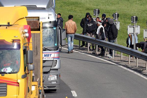 Les migrants tentent régulièrement de ralentir les camions afin de tenter d'y embarquer