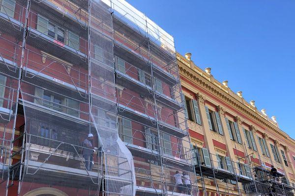 Les façades de la place Masséna sont en cours de ravalement.