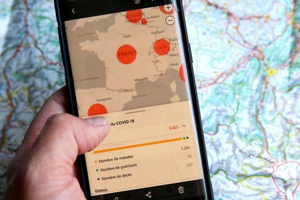 Un téléphone avec une application de Tracking pour le suivi du Covid-19.