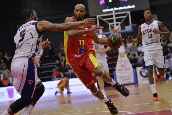 Derrick Byars contre l'Étoile de Charleville-Mézières, en avril 2016.