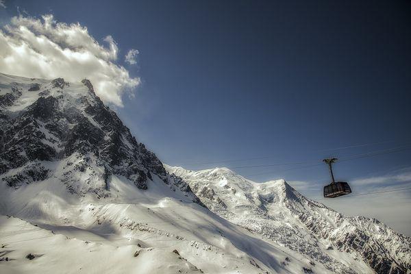 Le téléphérique de l'Aiguille du Midi dans le massif du Mont-Blanc.