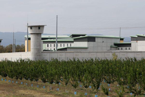Dans la nuit du 31 janvier au 1er février 2020, un détenu du centre pénitentiaire de Valence (Drôme) a asséné plusieurs coups de fourchette à son codétenu et mis le feu à leur cellule. Le syndicat UFAP UNSA Justice renouvelle sa demande de structures adaptées pour les détenus psychotiques.