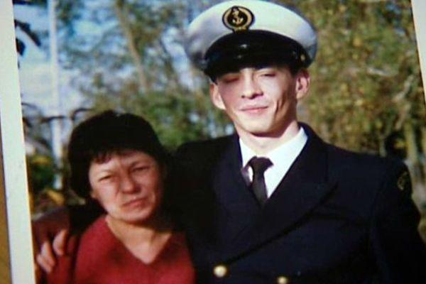 Sébastien Wanké, photographié avec sa mère. Celle-ci s'était portée partie civile contre le capitaine Eric Delepoulle, et l'accuse d'avoir poussé son fils au suicide