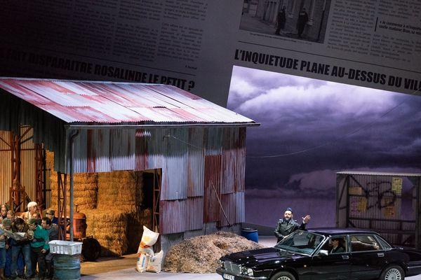 La mise en scène moderne de Laurent Pelly, fait allusion à une émission de téléréalité contemporaine