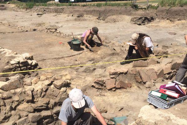 Le chantier de fouilles à Jublains rassemble de nombreux étudiants en archéologie.