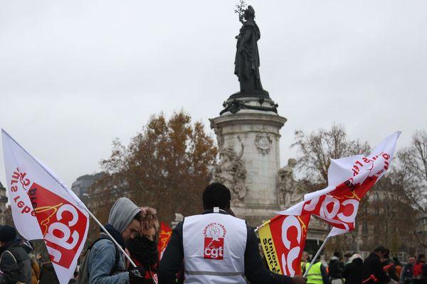 Des militants de la CGT rassemblés place de la République à Paris.