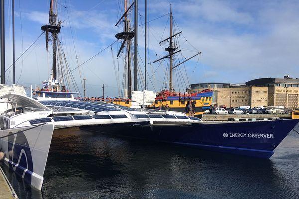 """""""L'Energy Observer"""" à quai à Saint-Malo, ce lundi, attendant des conditions météo moins musclées pour entamer sa nouvelle expédition."""