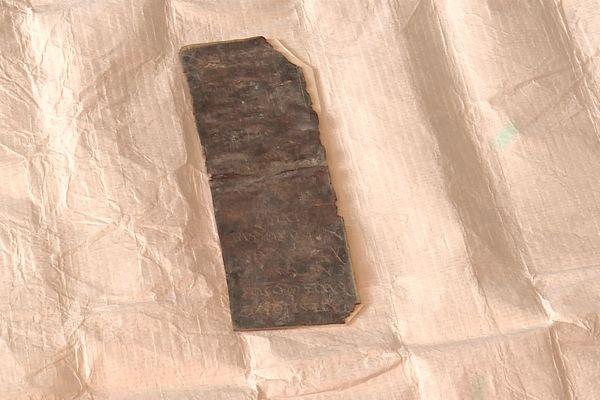 La tablette de plomb découverte sur le site.