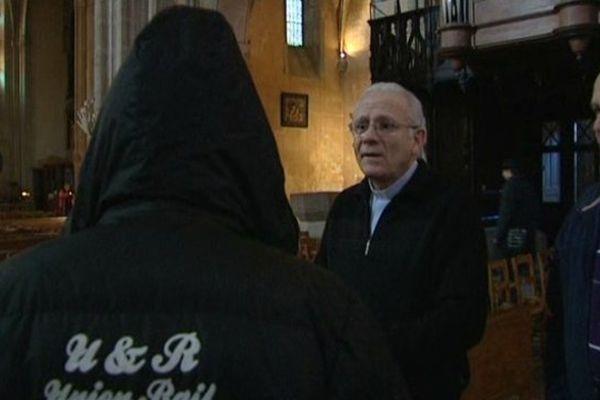 Le père Christian Dequidt reçoit un SDF dans l'église Saint-Michel-des-Lions de Limoges