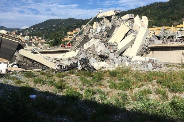 Les secouristes recherchent d'éventuels survivants sous les débris du pont.