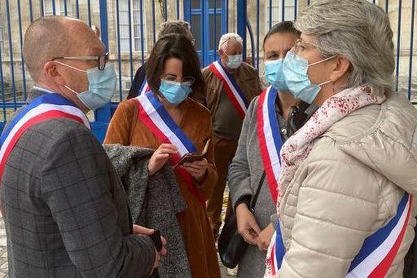 Bruno Drapron, maire de Saintes, avec ses homologues de l'agglomération devant la sous-préfecture