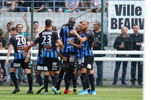 Les joueurs du FC Chambly Oise célébrant l'ouverture du score sur penalty lors de la rencontre face au VAFC, disputée dans le cadre de la 1ère journée de Ligue 2, le 26 juillet 2019, à Beauvais.