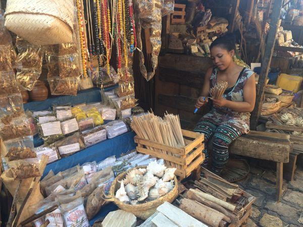 Dans une échoppe du marché de la ville de Marunja