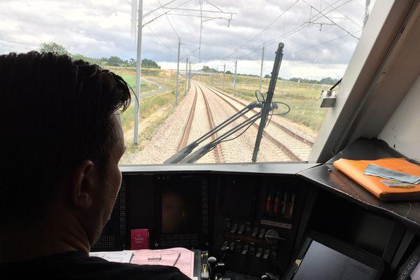 A bord de la cabine d'un TER, sur la LGV, le 2 juillet 2017.