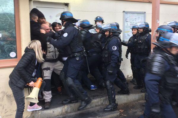Évacuation par la police mais  en douceur de l'entrée de la prison de la Talaudiere à 10h ce 22 janvier 2018.